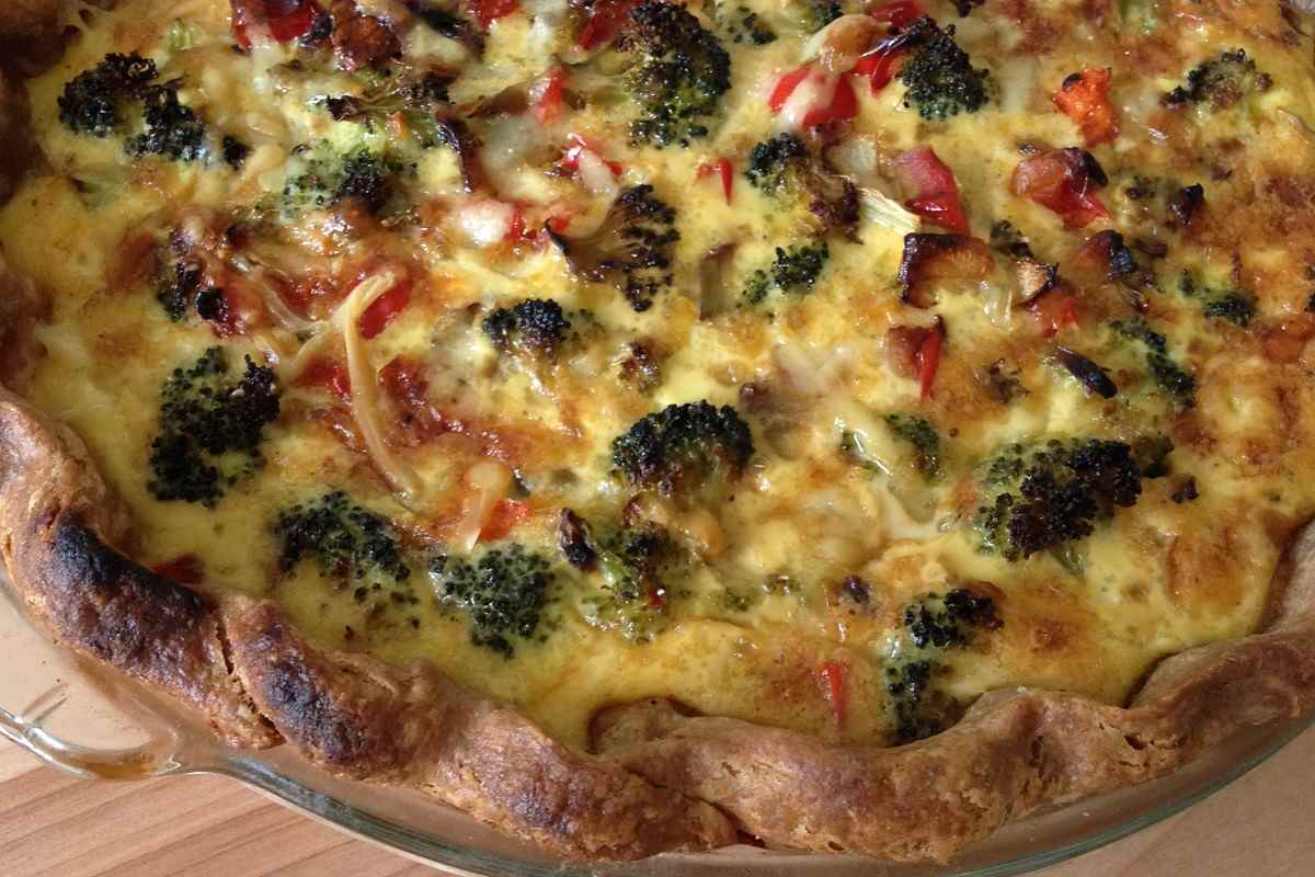 Broccoli and red bell pepper quiche in whole wheat crust