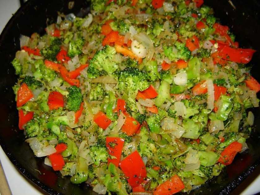 Broccoli, red peppers and onion ready to fill the quiche. Isn't it pretty? Smells so good too!
