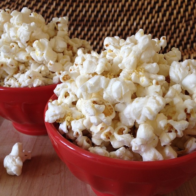 "Organic popcorn seasoned with garlic and homemade vegan ""Parmesan cheese"""