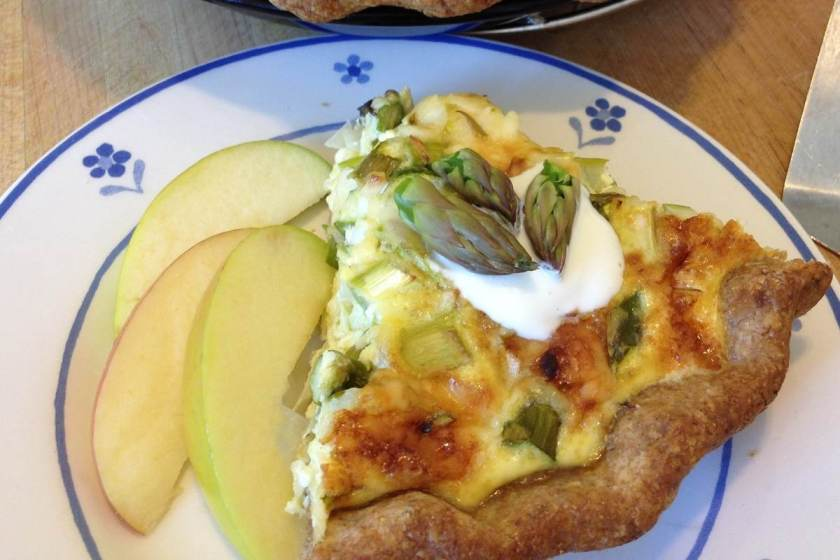 Asparagus quiche with crisp apple slices