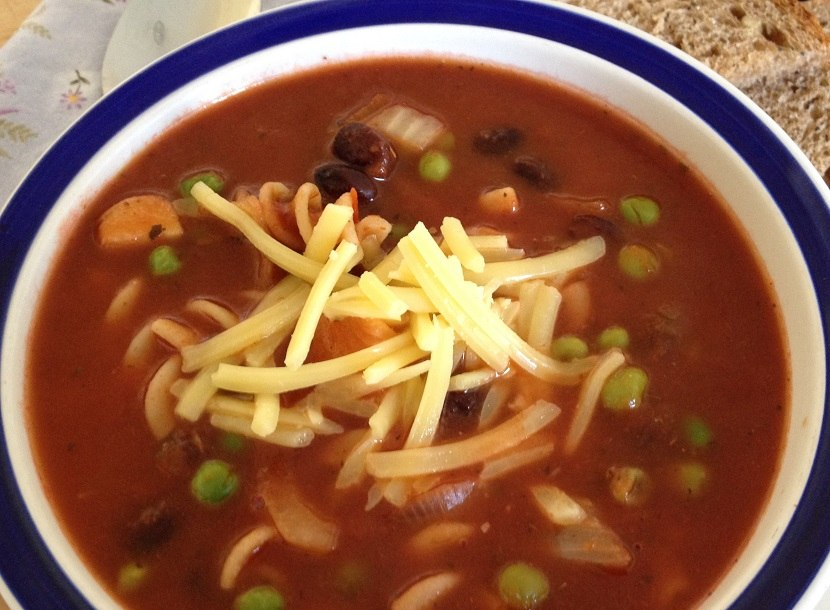 Hearty pasta, bean and veggie soup, ready in 5-10 minutes